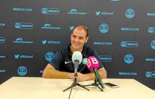 Ñoño Méndez, sonriente, durante la rueda de prensa previa al partido contra el Real Murcia. Foto: SERGIO GARCÍA