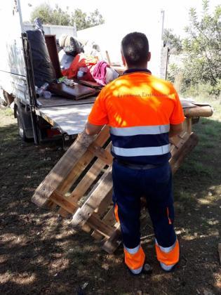Un operario retirando escombros de la acampada
