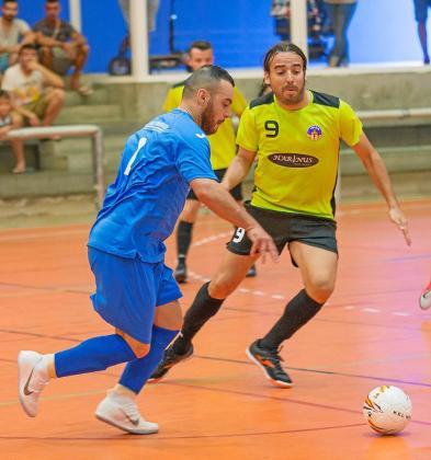 El azulino Maxi, defendido por Estefan, avanza con el balón durante el partido de ayer. Foto: MOHAMED CHENDRI