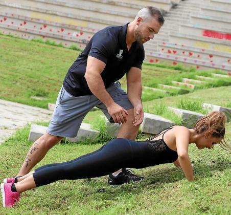 Javier Bernal, entrenador personal dirige a la bloguera Alba Soto en un ejercicio.