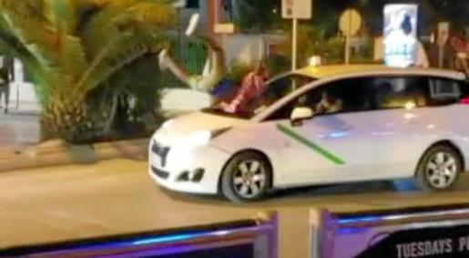 Imagen del impacto de un joven turista británico contra la luna frontal de un taxi en Platja d'en Bossa.