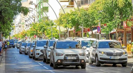 El día 1 de agosto los taxistas protestaron por las calles de Vila contra las licencias VTC. Fotos: DANIEL ESPINOSA