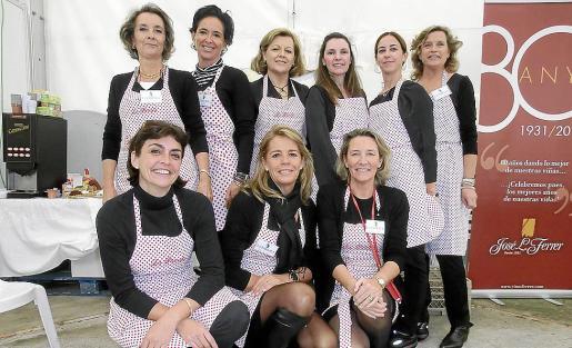 Cruz Vaquero, Conce Jaume, Tin Bordoy, Maysi Pujadas, Mª Antonia Mas y Sarah Lambourne. Agachadas: Eva Bibiloni, Ana Calvar y Pilar Morell.
