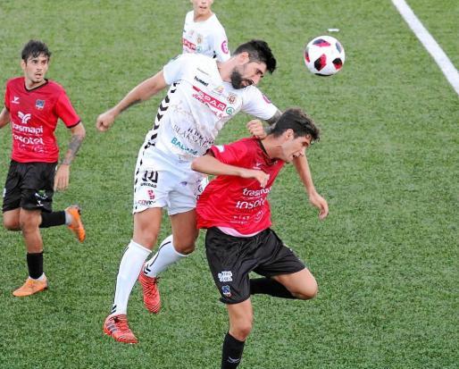 Disputa en el área entre un jugador del Formentera y otro de la Peña Deportiva.