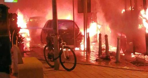 Cordón de seguridad. La Policía acordonó la zona para facilitar los trabajos de extinción que se vieron obstaculizados por la cantidad de combustible que llevaba el vehículo.