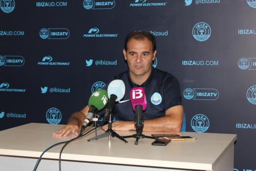Ñoño Méndez, en rueda de prensa durante su etapa con la UD Ibiza en Segunda B.
