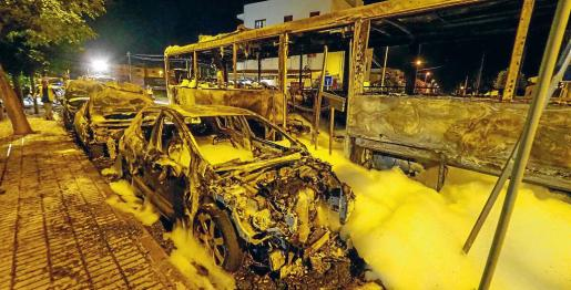 Imagen de la devastadora huella que dejaron las llamas que redujeron a ferralla el autobús origen del siniestro, seis turismos y siete motos.