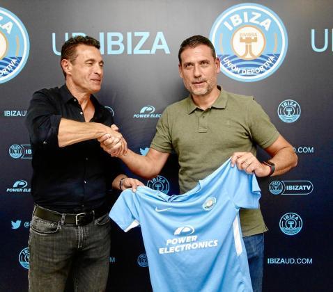 Amadeo Salvo y Andrés Palop se dan la mano y sujetan la camiseta de la UD Ibiza durante la presentación del entrenador.