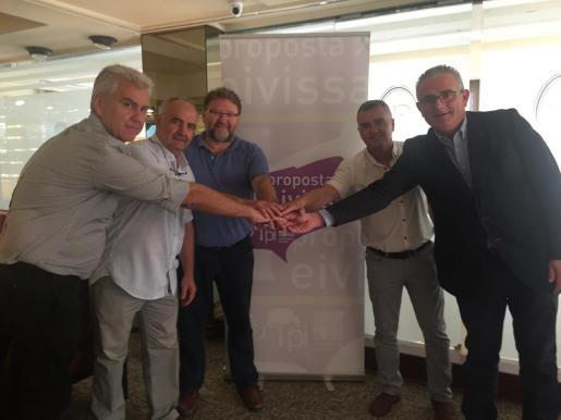 Los responsables de los partidos de la coalición posan frente al cartel de Prosposta per Eivissa.