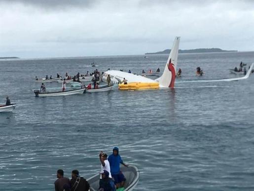 Los pasajeros de un avión de Air Niugini salen ilesos tras sufrir un accidente.