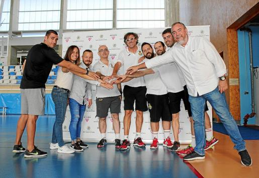 Los técnicos de la selección española posan junto a políticos e integrantes de la Federación Balear.