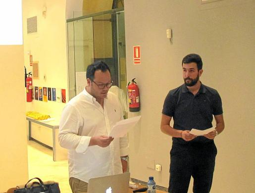Iván Torres (izq.) presentando a Aitor Acilu, quien impartió la conferencia en la sede del COAIB.