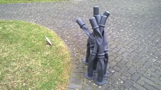 Tubular traffic markers, Bettina Pousttchi, Parque de las esculturas, Colonia 2015.
