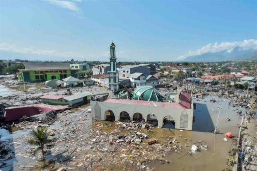 Los muertos por los terremotos y el tsunami en Indonesia se disparan a más de 1.200.