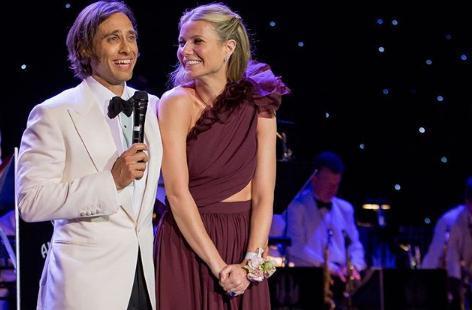 Gwyneth Paltrow y Brad Falchuk, durante la fiesta con la que celebraron su compromiso en abril.