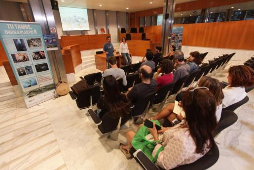 Presentación de los datos de muestreo en el salón de plenos del Consell.