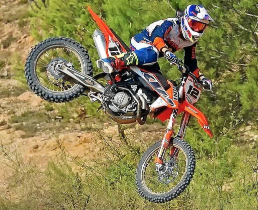 Dani Curreu ejecuta un salto con su moto durante una competición de motocross.