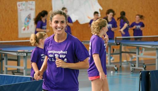Sara Ramírez, jugadora del Covicsa, durante el campus que ella protagoniza cada verano en la isla.