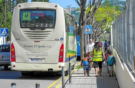 Uno de los autobuses que operan en las rutas del transporte escolar en la isla de Ibiza. Foto: MARCELO SASTRE
