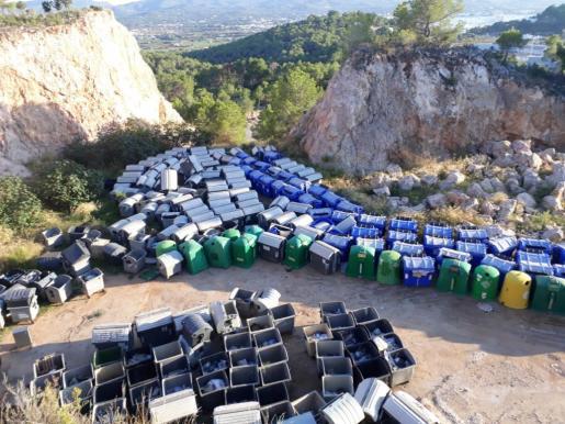 Imagen de los viejos contenedores de basura de sa Pedrera de Can Coix.