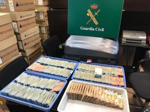 Intervenido casi un millón de euros en la maleta de dos pasajeros en El Prat.