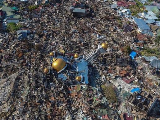 Ascienden a más de 1.550 los muertos por el terremoto y tsunami en Indonesia.