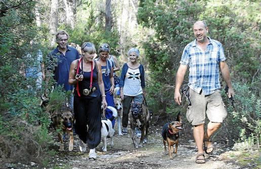 Carmelo dirige un paseo canino el domingo por la mañana en el refugio de Can Bosc de Llum.