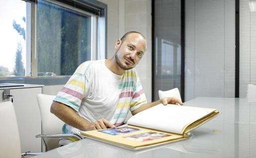 Sarnelli muestra su álbum de fotos; prefiere explicar su proyecto de forma palpable antes que a través de un teléfono.