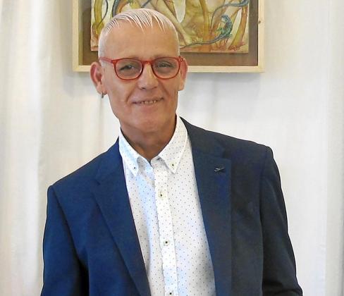 El estilista, peluquero y pintor Toni Millán durante la inauguración de la exposición en su peluquería de Cala de Bou.