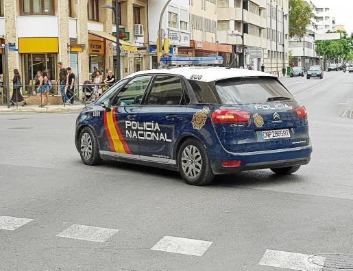 IUn coche patrulla de la Policía Nacional durante un servicio en Vila.