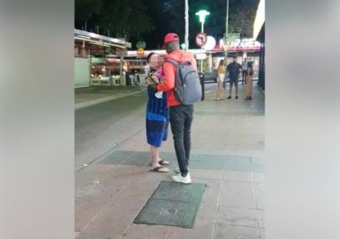 Fotograma del vídeo donde se aprecia al turista agarrando al vendedor.