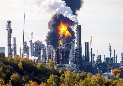 Al menos cuatro heridos a causa de una explosión en una refinería de Canadá.