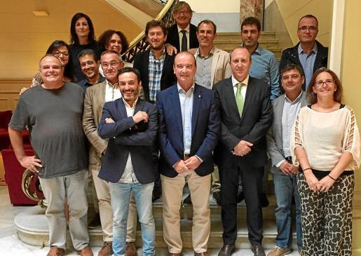El presidente del Consell de Formentera, Jaume Ferrer, y otros miembros de la corporación insular ayer en el Parlament.