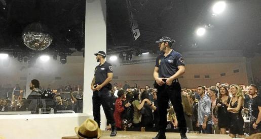 Imagen de los gogós en el interior de la sala pertrechados con una indumentaria similar a la Policía Local.
