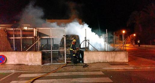 La imagen superior muestra a los bomberos sofocando las llamas y en las de abajo se aprecian los vehículos calcinados.