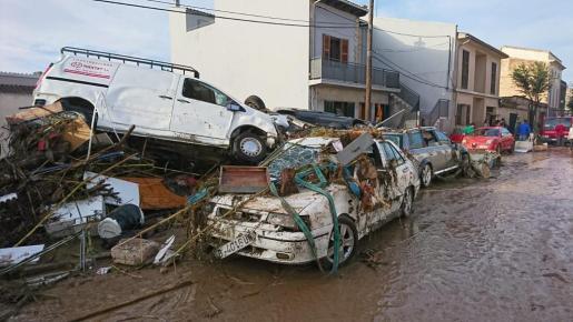Imagen desoladora de Sant Llorenç con coches apilados.