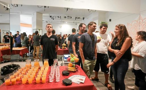 Los trabajadores de la empresa Apfem Aktúa, en su mayoría usuarios de la asociación, ofrecieron ayer el servicio de catering.