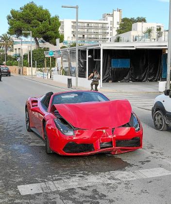 El Ferrari, tal y como puede verse en estas imágenes, salió peor parado que el Renault Modus en el choque que se produjo ayer por la tarde y que despertó una gran expectación por el deportivo rojo. Fotos: MARTIN MAKEPEACE