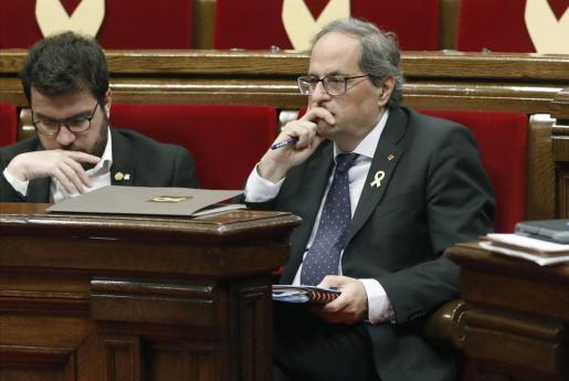 El presidente de la Generalitat, Quim Torra, acompañado por el vicepresidente, Pere Aragonés, durante la sesión plenaria este jueves en el Parlament.