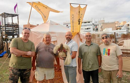 Varios de los miembros de la Asociación Iboshim de Recreación Histórica posaron orgullosos con parte del material que han ido consiguiendo a lo largo de todo este tiempo. Fotos: DANIEL ESPINOSA