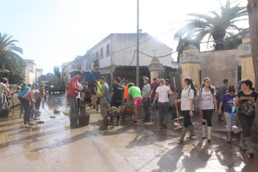 Las calles de Sant Llorenç, llenas de voluntarios y de solidaridad.