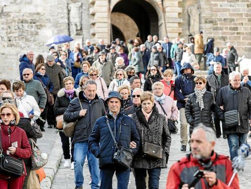 Viajeros del Imserso en Ibiza bajan de Dalt Vila en marzo de este año.