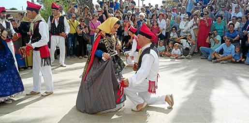 A la tradicional misa siguió la procesión y la demostración de 'ball pagès', que cautivó a turistas y residentes.