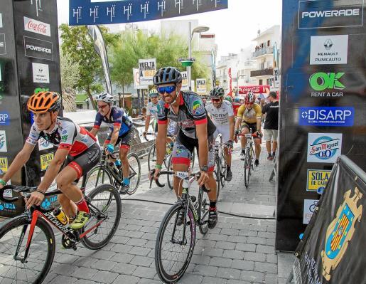 Varios ciclistas entran en meta.