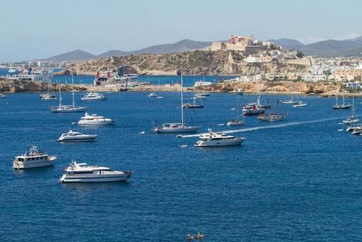 Imagen de embarcaciones fondeadas en Ibiza este verano.