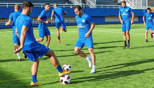 El delantero Sergio Cirio, en el centro de la imagen, durante un entrenamiento de la UD Ibiza esta semana en el estadio de Can Misses.