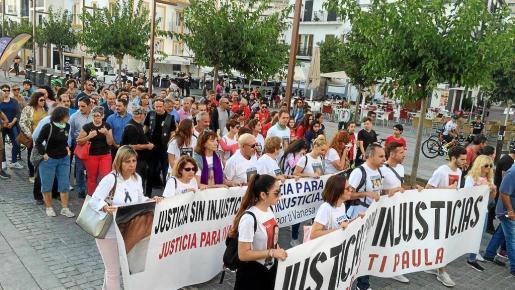 La manifestación partió desde es Martell para dirigirse hasta las barcas de Formentera, donde coincidió con la salida de la Vuelta Cicloturística.