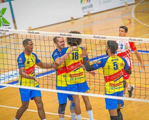 Varios jugadores del Ushuaïa Ibiza Vóley celebran un punto durante el partido de ayer en el pabellón de es Viver.