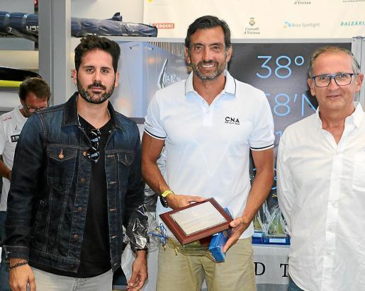 Justo Martínez, en el centro, con su trofeo de ganador.