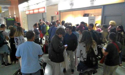 Largas colas en el mostrador de Vueling el domingo por la noche tras la cancelación de los vuelos a Barcelona.